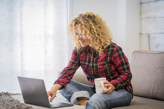 노트북 컴퓨터와 집에서 예쁜 젊은 여자 작업