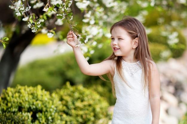 꽃 정원 dressin 크림에 prettyl 웃는 소녀