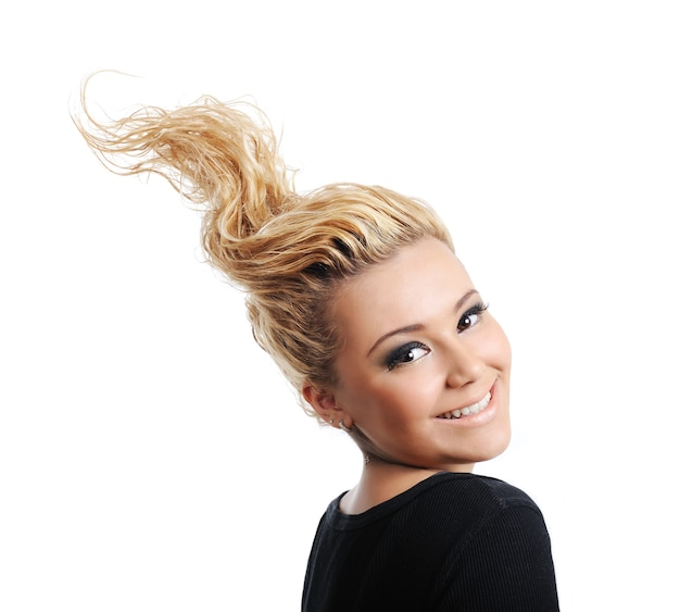創造的なデザインの髪型を持つかわいらしい笑顔のブロンドの女性