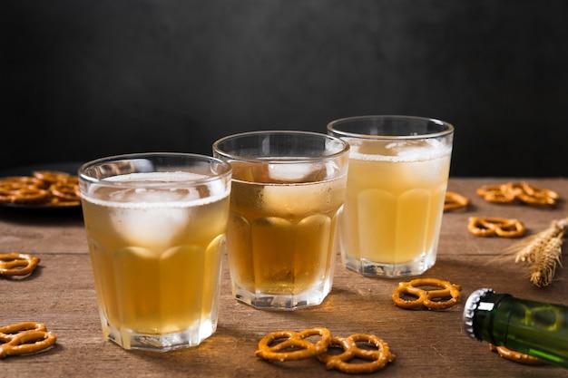 プレッツェルとビールのグラス