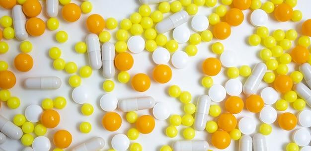 Профилактика, лечение гриппа, коронавируса. баннер красочных таблеток, капсул
