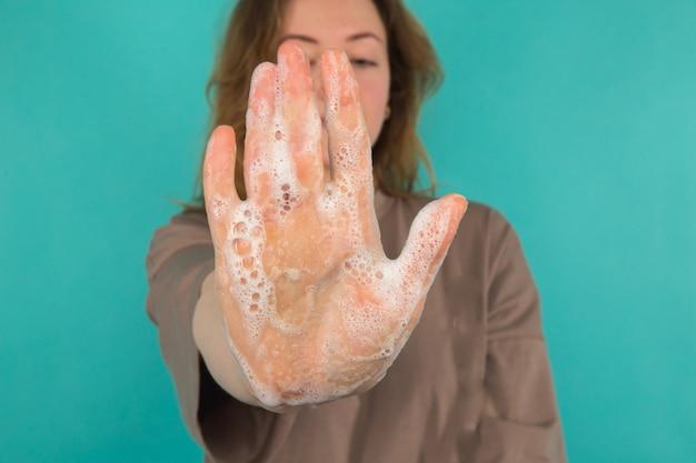 コロナウイルスの予防。孤立した手を洗う人のクローズアップ。清潔さとボディケアのコンセプト。