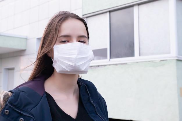 질병 예방 중국 바이러스 coronovirus. 야외에서 마스크 된 소녀
