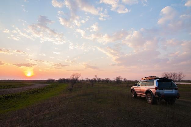 プリアムルスキー、ロシア-2016年5月8日:日没時の田舎道で4x4 suv