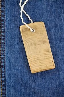 Ценник поверх джинсовой текстуры