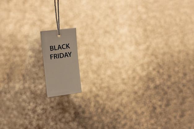 검은 금요일이라는 문구가 있는 금색 배경의 가격표. 텍스트를 위한 공간 복사
