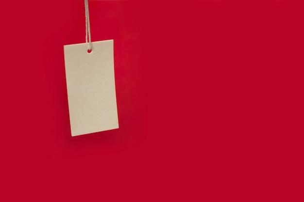 빨간색 배경에 가격표입니다. 블랙프라이데이 세일. 텍스트를 위한 공간 복사