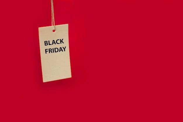 ブラックフライデーの値札、テキスト用のコピースペース、モックアップ、バナーと赤い背景の値札
