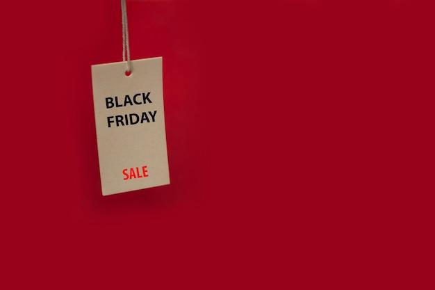 검은 금요일 판매라는 문구가 있는 빨간색 배경의 가격표. 텍스트를 위한 공간 복사
