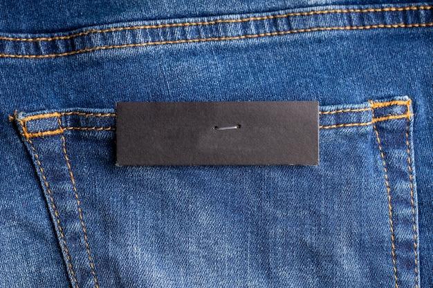 Ценник на джинсовом заднем кармане. пустой макет. фон фон