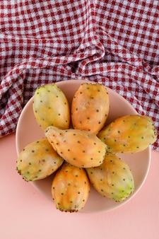 ピクニック布のプレートでとげのある梨