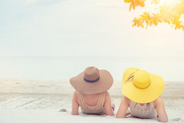 여름 해변의 프라이드와 lgbtq+. 양성애자와 동성애자 커플.