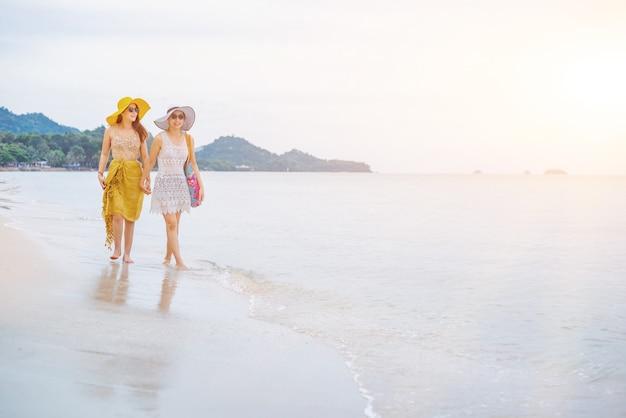 여름 해변의 프라이드와 lgbtq+. 양성애자와 동성애 사랑 커플입니다.