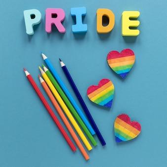 Parola di orgoglio con i pastelli e la forma del cuore