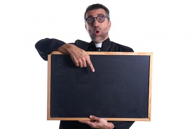 Священник держит пустой доске копию пространство