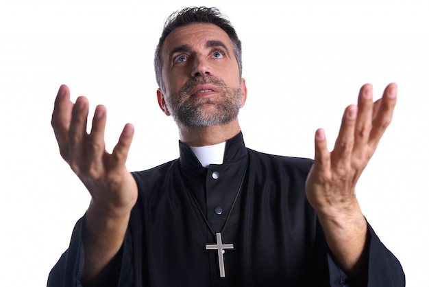 Священник с распростертыми руками молится