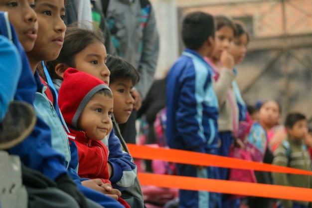 ペルーの小学生が番組を見る