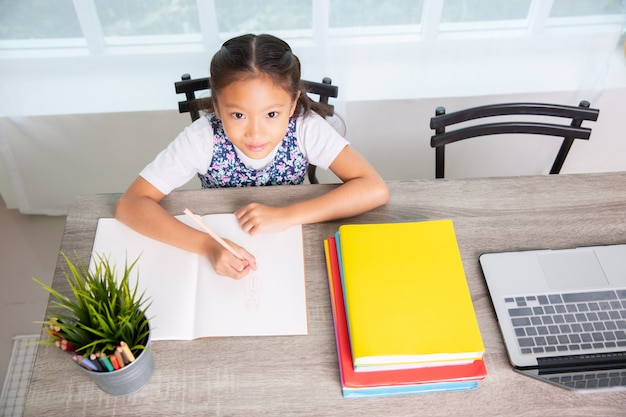 小学校の女の子読書、本を書く、トップビュー