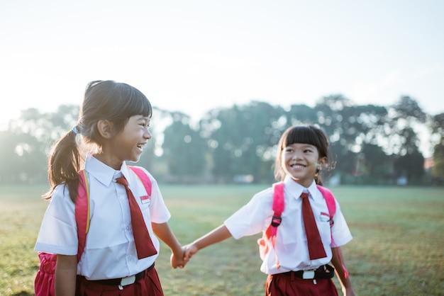 インドネシアの制服を着た小学生の友達が通学