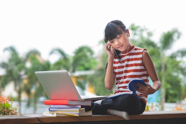 Ученики начальных классов в азии сидят и учатся на расстоянии от концепции образования home.online