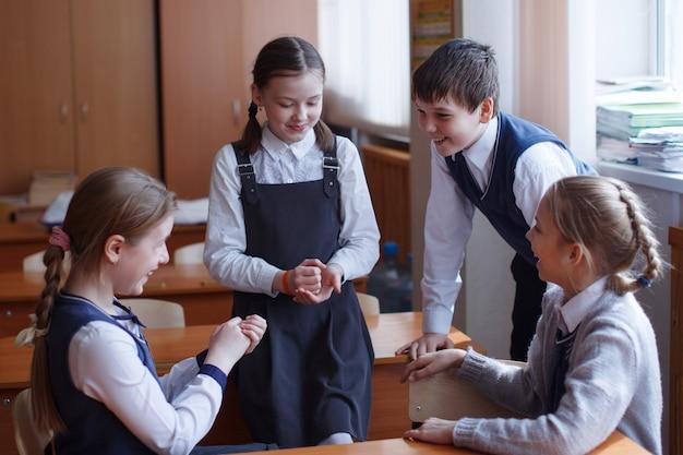 초등학교 학생들은 교실에서 생각하고 과제를 수행합니다. 초등 교육, 훈련 및 인적 자원의 개념.