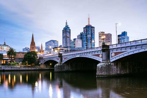 夕方、オーストラリア、メルボルンのヤラ川にあるプリンセス橋と都市の建物