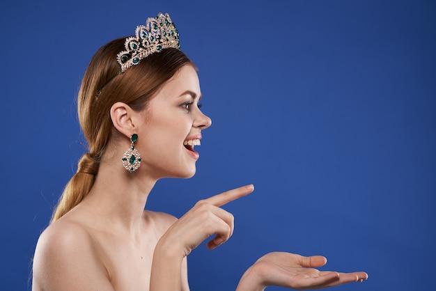 그녀의 머리 메이크업 모델 손 제스처 고립 된 배경에 왕관과 함께 공주. 고품질 사진
