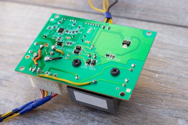 전자 장치를 제어하기 위한 미세 회로가 있는 인쇄 회로 기판.