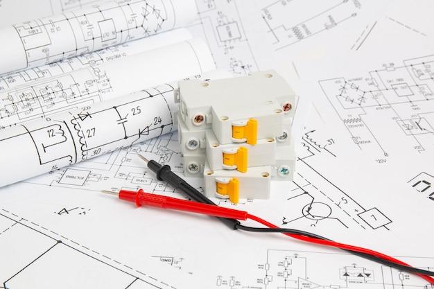 電気回路の印刷された図面、デジタルマルチメータのワイヤおよび電気回路ブレーカ
