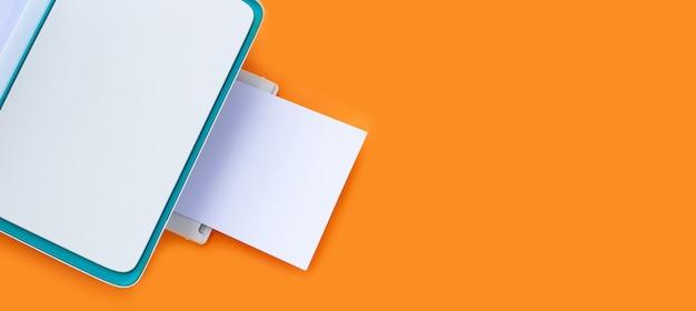 주황색 표면에 프린터와 용지