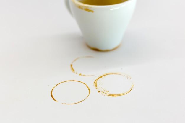 Печать кофейных пятен на белом фоне