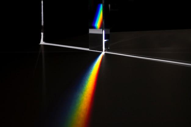 빛의 개념을 분산시키는 프리즘