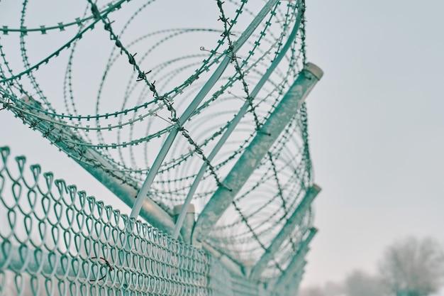 유럽 국경에 감옥 철조망 울타리
