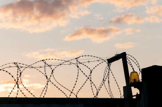 Тюремный забор из колючей металлической проволоки