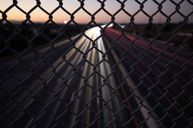 刑務所のゲートフェンス