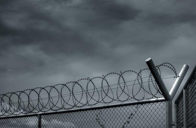 감옥 보안 울타리. 철 조망 울타리. 면도기 와이어 감옥 울타리. 장벽 테두리. 경계 보안 벽. 개인 공간. 군사 영역 개념.