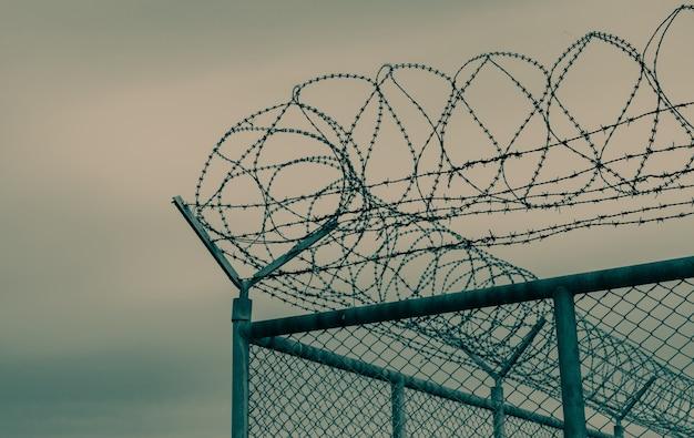 Тюрьма забор безопасности колючая проволока забор безопасности колючая проволока тюремный забор барьер граница