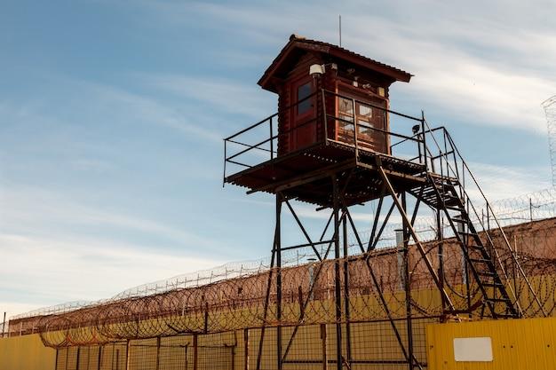 Тюремная башня и забор из колючей проволоки