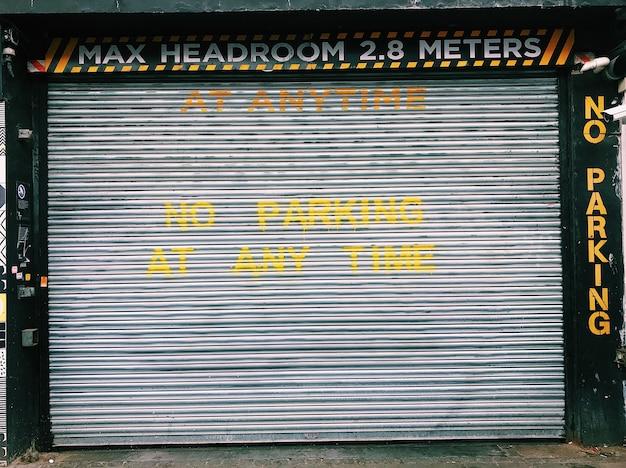 차고 문에 쓰여진 진입로 표지판에 주차 금지