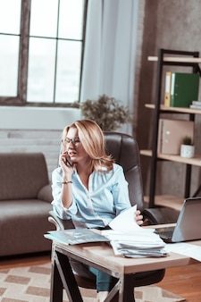 私立弁護士。彼女の部屋に座って働いている有名な金髪の有名な私立弁護士
