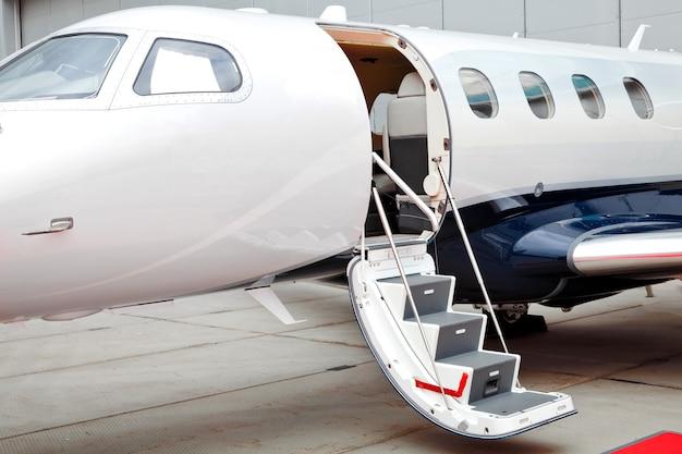 Частный самолет с лестницей и открытой дверью