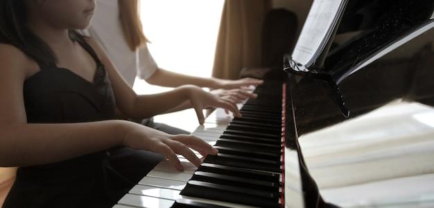 집에서 교사와 함께 개인 음악 수업을하고 아이들을위한 재능 만들기를 연습합니다. 가족 촬영의 뒤뜰