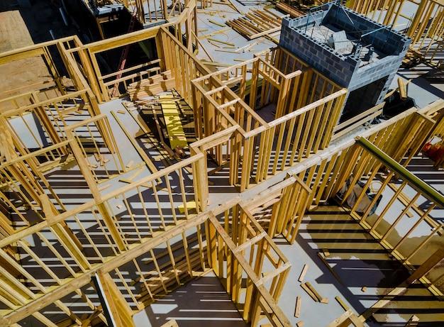 建設中の梁の家の下の木造フレームの民間住宅アパート
