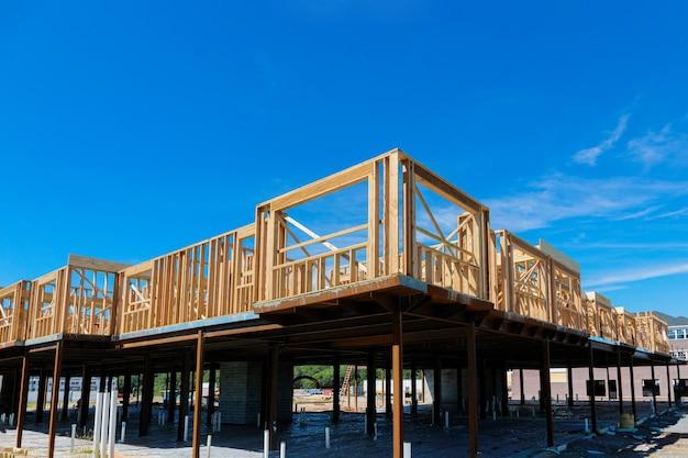 建設中の木枠付きの民間住宅アパートビームハウス