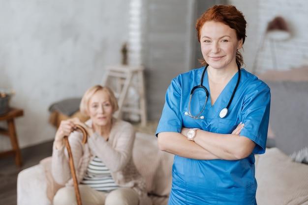 プライベートスペシャリスト。高齢患者を訪問し、彼女の仕事を遂行しながら治療を支援する立派な成功した医療従事者