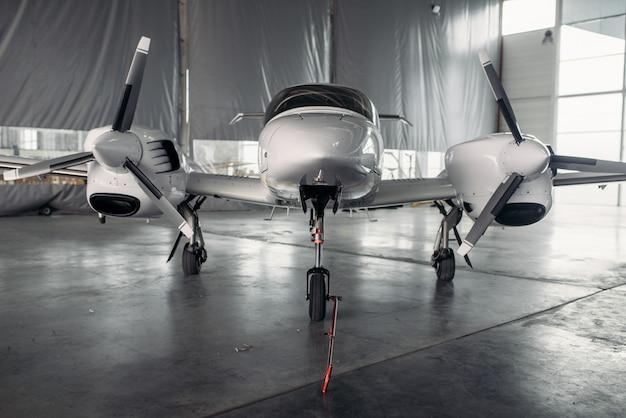 格納庫内の民間ターボプロペラ飛行機、誰も