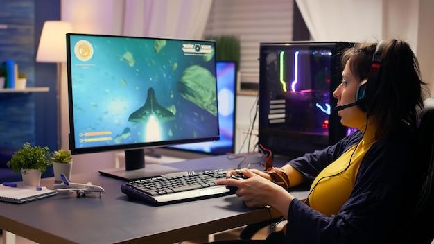 Профессиональный игрок разговаривает в микрофон с другими игроками на турнире космических стрелков