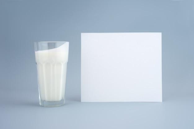 프로바이오틱 음료, 버터밀크 또는 요구르트. 최소한의 파란색 배경에 키가 큰 유리에 케피어. 박테리아 장 건강, 위장관을 위한 발효 제품. 수평으로. 조롱