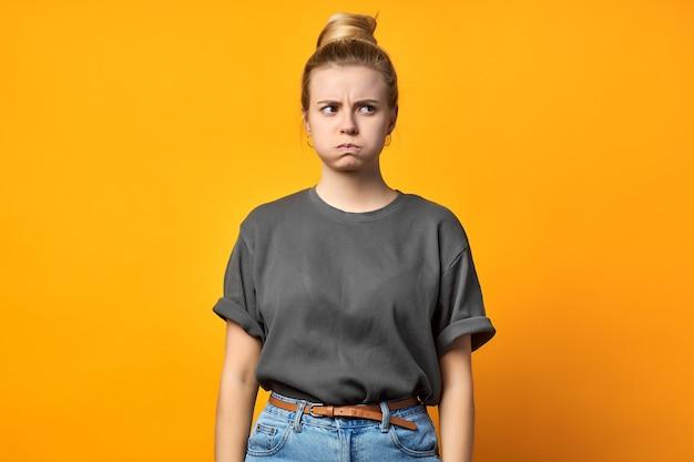 Проблема проблема отрицательная нервная грустная несчастная концепция людей расстроена. крупным планом портрет сладкого