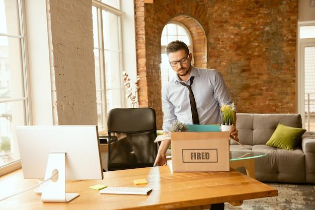 職業、ストレス、失業、新しい生き方、またはキャリアの終わりの問題。